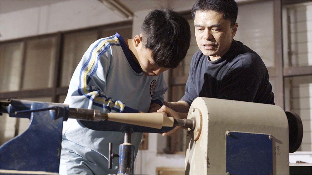 王嘉納老師指導學生磨出精細的工藝