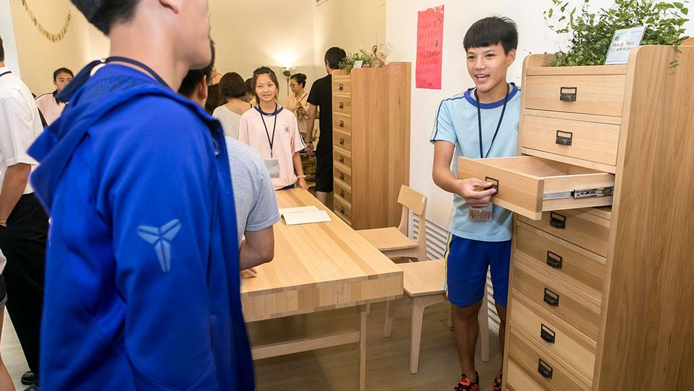 木工班的同學向參觀的來賓解釋作品,展現自信與熱情