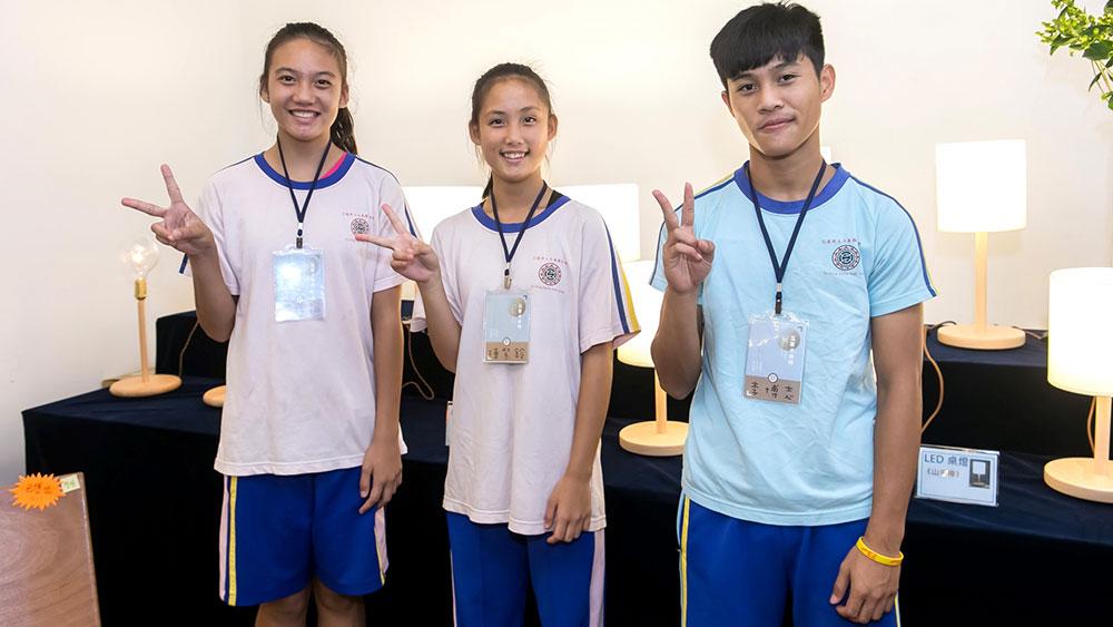 玉東國中的同學與他們的燈座作品合影